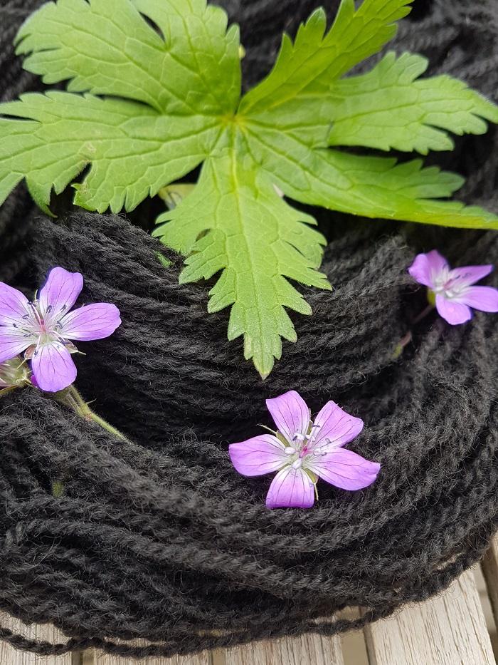 svart garn med blomst_20180618_194813